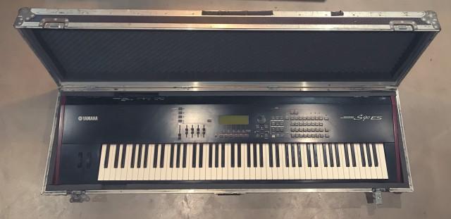 Yamaha S90 ES y flight case a medida