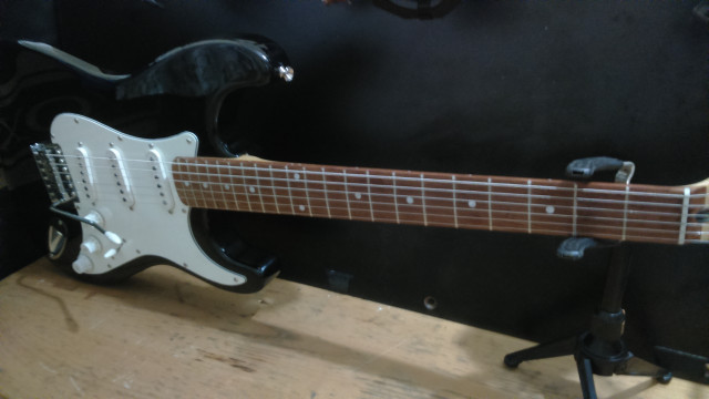 Guitarra eléctrica tipo Strato.