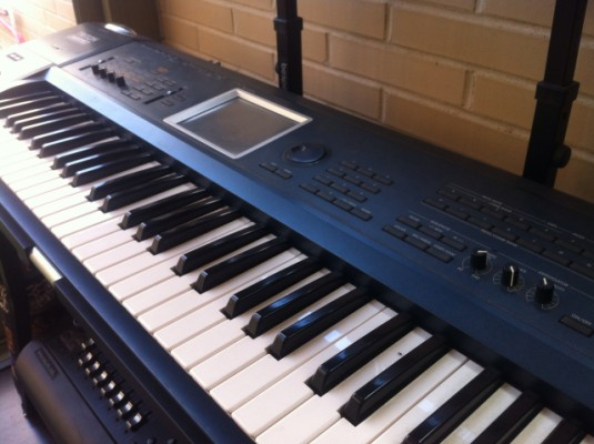Korg Tritón Extreme 61 + soporte 1/2 teclados