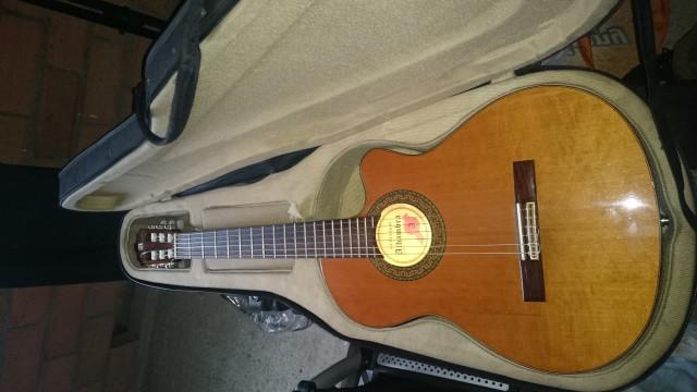 vendo (o cambio) guitarra Alhambra