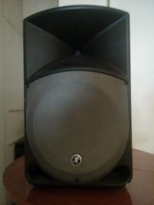 Equipo de voces y mesa de sonido