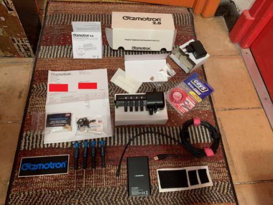 """Gizmotron Bass 2.0 (negro) + kit ruedas deluxe """"shark"""" + batería recarg..."""