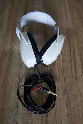 Auriculares cerrados profesionales con gran aislamiento acústico.