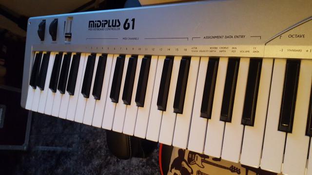 teclado controlador  miditech midiplus 61