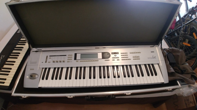 Korg Triton LE, con flight case