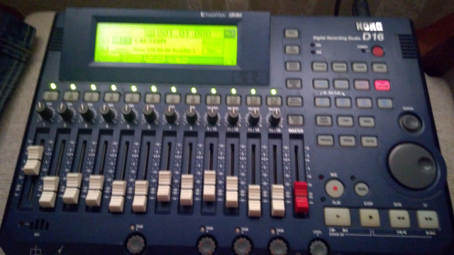 Mesa y estudio portátil Korg D16 (O CAMBIO POR BOSS VF-1 o REVERB)