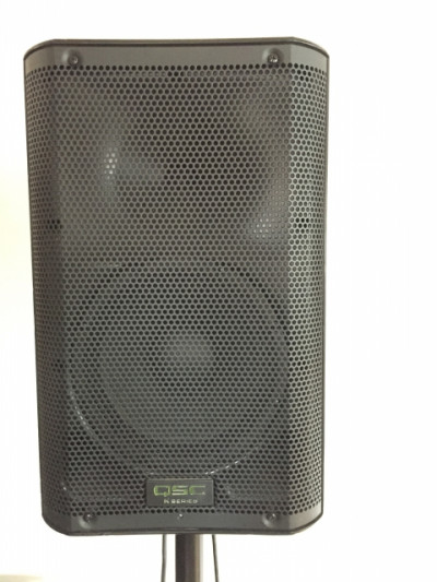 QSC K8 1000-Watt Active 2-Way PA Speaker + soporte trípode