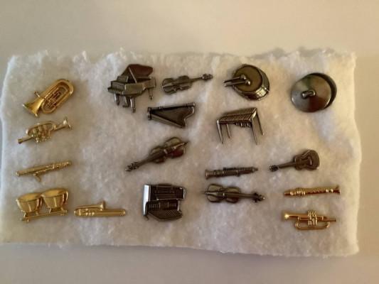 18 pines de instrumentos musicales.  2 € cada uno, todos por 30€.