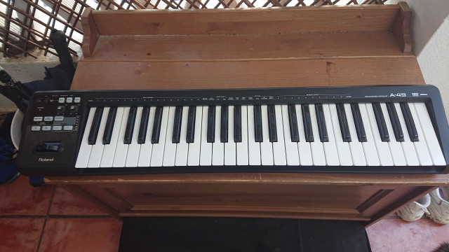 Teclado contralador MIDI Roland A49 en color negro