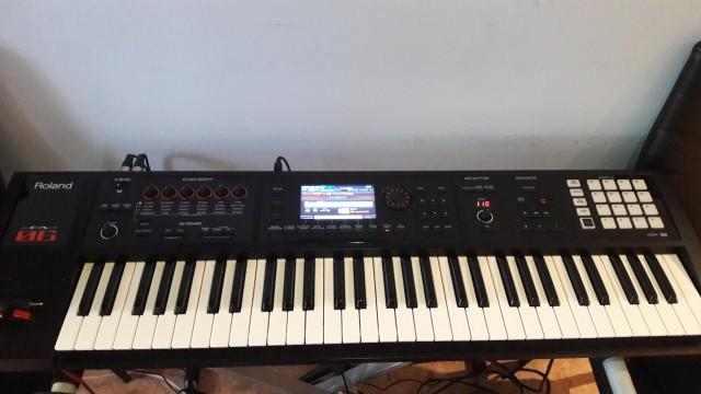 Roland FA 06 con monitores, soporte y cables