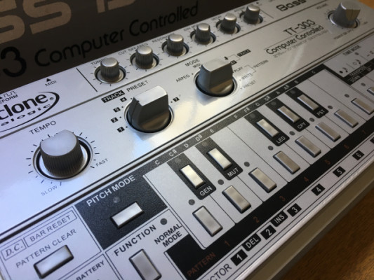 Cyclone Analogic Bass Bot TT-303 V.1 con InstaDJ V.2