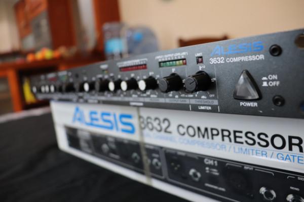 Alesis 3632 Compressor 2-Ch Compresor/Limiter/Gate esta Impeccable
