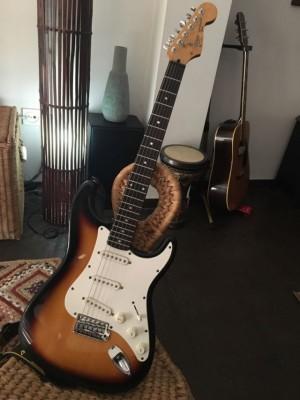 RESERVADA Fender Squier Strat Korea con mejoras + estuche.