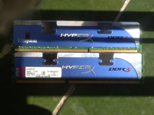 4 gigas (2x2) de memroia RAM DDR3 (1600)