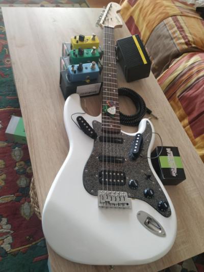 Stratocaster+ pedales+ ampli+ Jack+ púas  ( Kit de iniciación casero)