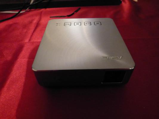 Vendo Proyector Asus de 200 lumem,  Pequeño, fáci y Potente.
