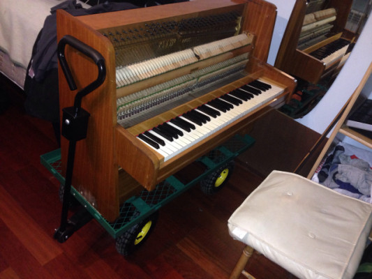 Mini piano acustico portable con ruedas neumaticas y direccion