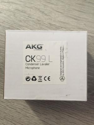Micrófono de solapa AKG CK99L y adaptador