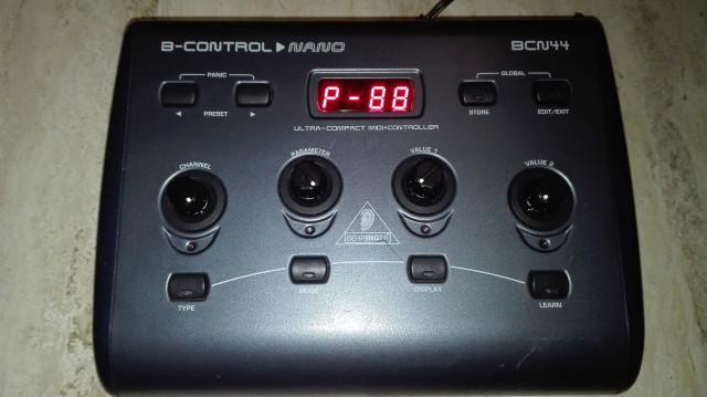 Controlador USB MIDI Beringher Nano BCN44