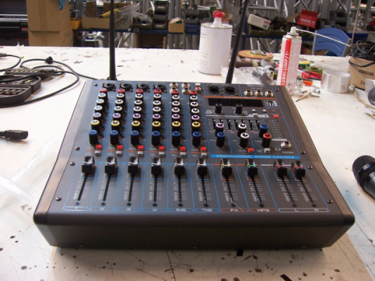 Mesa de mezcla autoamplificada AK8DX nueva