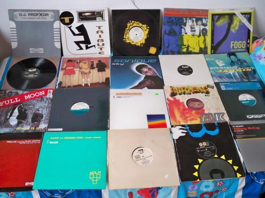Chollo!!500 Vinilos con los mejores temas comerciales, hits, desde los 90 al 2000.REGALO DJ HERCULES MP3.