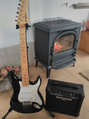 Guitarra stratocaster y amplificador GM108 V-Tone Behringer