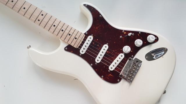 Guitarra eléctrica Squier® Stratocaster® Deluxe by Fender